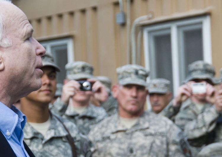 Décès de John McCain : une vie placée sous le signe des Armées